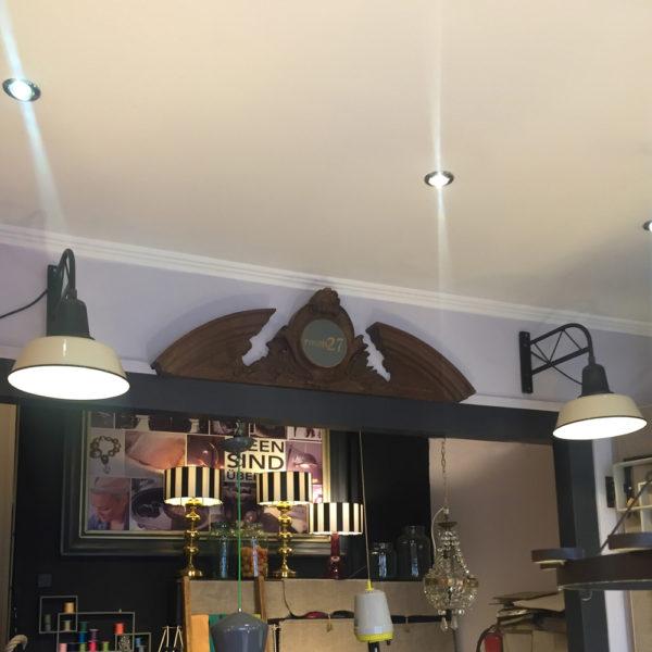 Die alte Industrielampe kann in der Küche über einem kleinen Frühstückstisch hängen, oder im Flur ein echter Hingucker sein. Zum Beispiel oberhalb eines Regales, oder auch als Leselampe an der Wand um im Bett lesen zu können. Das Gestell ist aus geschwärztem Stahl, wobei die Unebenheiten vom Gießen des Gestelles grau glänzend durchscheinen. Der Schirm ist mit Emaille versehen. Aussen cremefarben und innen kaltweiss. Der Schirm ist aussen mit einem schwarzen Rand versehen. Der Zustand ist wie neu.