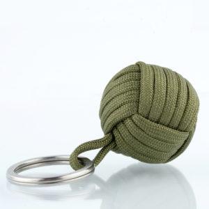 Seglerknoten Affenfaust. Ein Schlüsselanhänger aus olivfarbenem Paracordseil. Ein DIY Produkt. Der Schlüsselanhänger ist mit einem 3,2cm großen Edestahlfederring versehen.