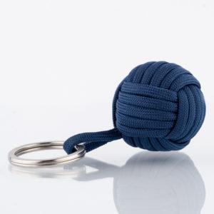 Der Seglerknoten Affenfaust als Schlüsselanhänger aus Paracord in Blau in einer Größe von 3,7cm. Der Anhänger ist mit einem Edelstahlfederring in 32mm Durchmesser für die Schlüssel versehen. Der Anhänger ist handgefertigt in hochwertiger Verarbeitung. Der kleine Helfer für den Alltag. Für Männer als auch für Frauen, die den maritimen Stil lieben. AHOI!
