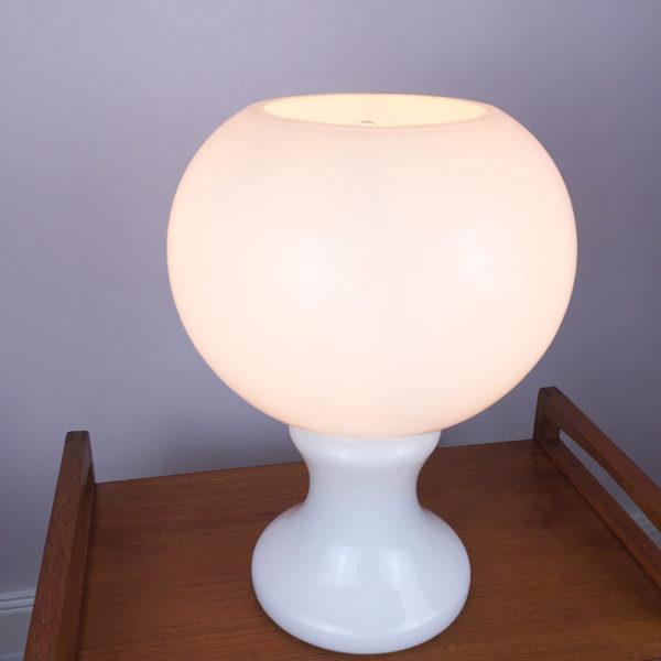 Die Lampe im Bauhaus Stil mit Ihrem kompletten Glaskorpus ist 38 cm hoch. Der runde Korpus ist ca. 30 cm breit. Fassung: E27. Maximal 60 Watt / LED 806 lm. Ich habe ein Leuchtmittel mit 6,3 Watt /LED 806 lm eingesetzt.