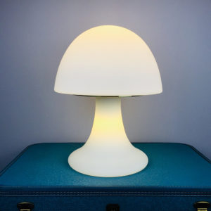 """Eine traumhaft, elegante Pilzlampe aus den 60er/70er Jahren. Hergestellt in der Glashütte Limburg aus Limburg an der Lahn, in Rheinland-Pfalz. Sie ist absolut selten als komplett weisses Modell. Der Pilz besteht aus einem Oberteil/Lampenschirm und dem """"Stiel"""", also dem Lampenfuss. Beide Teile sind durch ein nicht sichtbares Verbindungsstück aus Messing verbunden. Die Lampe ist komplett aus satiniertem Glas und leuchtet mit deinen zwei Leuchtmitteln unten als auch oben."""
