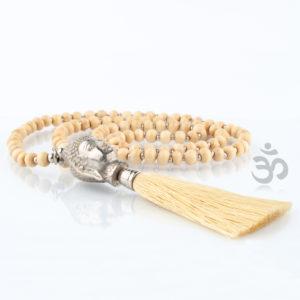 Die Buddhakette besteht aus kleinen, silber glänzenden Metallkugeln und doppelt so großen Holzkugeln in naturfarben, die abwechselnd zu einer 90cm langen Kette aufgezogen sind. Mittig, unten befindet sich ein sehr schön ausgeformter Buddhakopf, der an der Unterseite seines Halses eine Quaste hat, die in der gleichen Farbe (Natur) der Holzperlen ist. Hiermit bist Du ganz im Yoga Feeling. Die Kette ist schön und gleichzeitig bist Du gut aufgehoben im Sinne von Buddha. Die schützende Hand von Buddha ist über Dir.