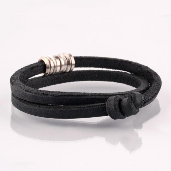 Das Armband ist in einem coolen, archaischen Look für Männer! Der Lederriemen ist 4cm x 4cm und die Silberösen sind aus 1,4 mm Vierkantdraht gedreht. Es ist handgefertigt und für die Ewigkeit. Der tägliche Begleiter. Egal ob zum Anzug, oder zum Casual Style. Am Mann sieht das immer kleidsam aus. Der Lederriemen ist doppelt um das Handgelenk gelegt und wird mit einem Knoten in einer Schlaufe geschlossen.