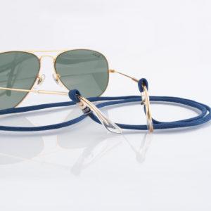 Brillenband Paracord Blau und Silber. Das Dunkelblau ist hanseatisch klassisch und kann zum Casual Look als auch zum klassischen Outfit getragen werden. Zu Blau kannst ganz besonders gut Jeans, aber auch alle anderen Farben tragen. Ein klassisches Dunkelblau mit einem modernem Look, oder auch zum Anzug. Ganz egal. Das ist das tolle an diesem Brillenband. Das Brillenband ist sehr hochwertig verarbeitet und ist auf Langlebigkeit ausgerichtet. Die Perlen, die den Brillenbügel halten sind aus 925er Sterlingsilber. Das Brillenband hat jeweils an den Enden eine Schlaufe, durch die die Brillenbügel gesteckt werden. Die Schlaufen sind mit grauem 1,0 mm Nylonband fixiert.