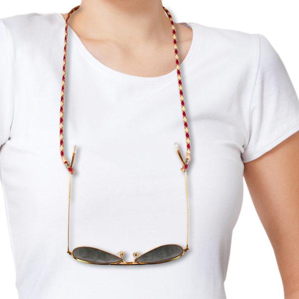 Brillenband Paracord Hahnentritt Silber. In der Farbkombination Weinrot, Crème im Hahnentrittmuster. Das Muster ist fröhlich, klassisch und kann zum Casual Look als auch zum klassischen Outfit getragen werden. Du kannst jede Farbe zu diesem Muster tragen. Ein klassisches Muster kombiniert mit modernem Look, oder auch zum Anzug. Ganz egal. Das ist das tolle an diesem Brillenband. Das Brillenband ist sehr hochwertig verarbeitet und ist auf Langlebigkeit ausgerichtet.Dieperlen, die den Brillenbügel halten sind aus 925er Sterlingsilber.