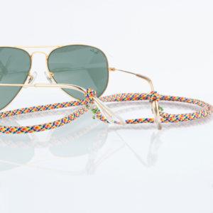 Let's go surfin to the 80ties. Brillenband in sommerlichen Farben, oder auch in den LGBT Farben mit Silberperlen aus 925er Sterlingsilber. Wer auf bunt steht, ist hier richtig. Kein lästiges Auf- und Absetzen mehr. Brillenband multicolor mit Silberperlen. Für die Sonnenbrille, oder die Alltagsbrille. Wenn Sie ein Brillenband tragen, haben Sie beide Hände frei für die vielen Aufgaben im Alltag. Kein lästiges Auf- und Absetzen mehr. Das Muster ist fröhlich, klassisch und kann zum Casual Look getragen werden. Du kannst jede Farbe zu diesem Muster tragen. Ganz egal. Das ist das tolle an diesem Brillenband. Das Brillenband ist sehr hochwertig verarbeitet und ist auf Langlebigkeit ausgerichtet. Die Perlen, die den Brillenbügel halten sind aus 925er Sterlingsilber. Die Schlaufen sind mit 1,0 mm Nylonband in pistaziengrün fixiert.