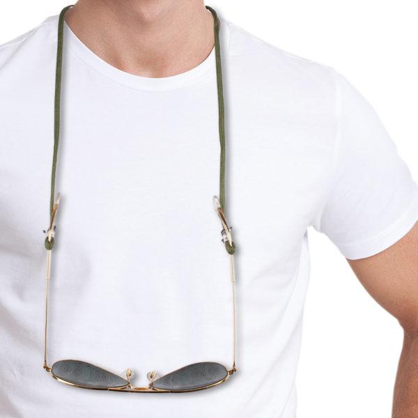 Brillenband Paracord in oliv und Silber. Das olivfarbene Brillenband lässt isch sehr gut im Casual Look als auch zum klassischen Outfit getragen werden. Du kannst aber auch knallige Farben zu oliv kombinieren. Das ist das tolle an diesem Brillenband, ist die zusätzliche Farbkomponente, die Du auch wieder in Deiner Kleidung aufgreifen kannst. Das Brillenband ist sehr hochwertig verarbeitet und ist auf Langlebigkeit ausgerichtet. Die Perlen, die den Brillenbügel halten sind aus 925er Sterlingsilber und sind mit grauem 1,0 mm dünnen Nylonband fixiert.