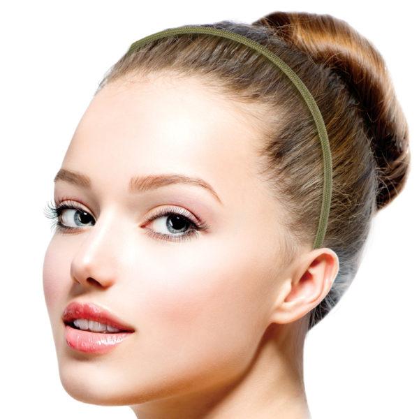 Ein zarter Haarreif aus Messingdraht gefertigt. Mit einem olivfarbenen Paracordband versehen. Der Abschluss an den Enden bilden zwei 925er Sterling Silberkappen. Obwohl der Haarreif zart ist, hält er doch vorzüglich in den Haaren, da er am Kopf sehr gut anliegt. Die Farbe Oliv ist dezent. Sie verträgt viel Farbe. Pink, orange, lila, gelb, oder zurückhaltende Farben wie sand, oder altrosa, sind sehr kleidsam. Du kannst den Haarreif als zusätzliche Farbkomponente zu Deiner Kleidung wählen. Am besten hast Du mehrere davon und trägst sie zu Deinen verschiedenen Looks. Wer es mag, kann auch zwei hintereinander tragen.