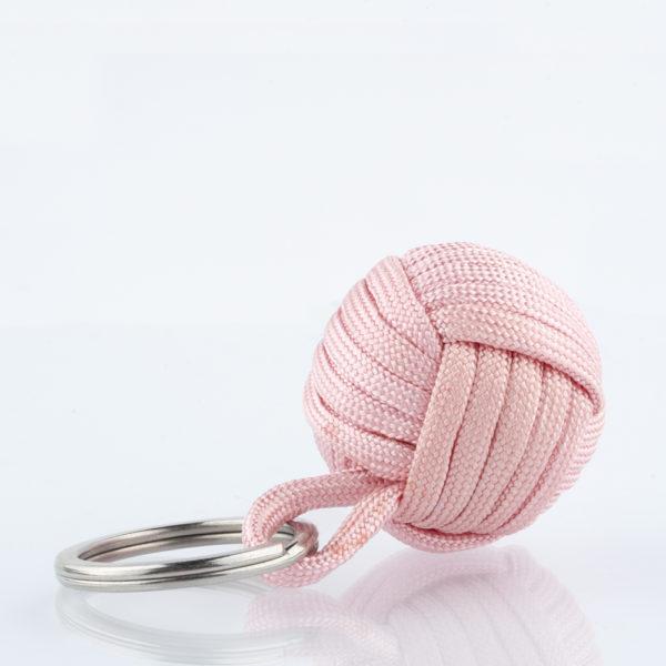 Seglerknoten Affenfaust. Ein Schlüsselanhänger aus rosafarbenem Paracordseil. Ein DIY Produkt. Der Schlüsselanhänger ist mit einem 3,2cm großen Edestahlfederring versehen.