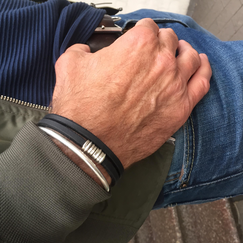 Diese 4mm mal 4mm dicke Lederarmband ist mit dicken, handgedrehten Silberösen versehen. Du kannst dieses doppelt gedrehte Armband sehr schön mit anderen Armbänder kombinieren. Hier ein Kombination mit einer 4mm dicken Silber Armspange aus 935 er Silber. Diese gibt es auch hier im Shop. Das sieht echt cool aus. Trau Dich ruhig verschiedene Armbänder zusammen zu tragen.