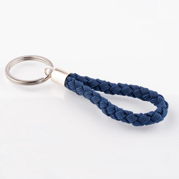 Der Schlüsselanhänger ist aus marineblauem Paracordseil und rundgeflochten. Die Kappe ist aus 925er Sterlingsilber und der Schlüsselring besteht aus Edelstahl. Der Schlüsselanhänger ist mit seinen 8cm Gesamthöhe, ohne Schlüsselring handlich und passt gut in die Hosentasche. Der Schlüsselring hat einen Durchmesser von 3,2cm. Ein kleiner Begleiter für den Alltag.Zum Motorradfahren, Auto,- oder Fahrradfahren. Oder einfach für den Haustürschlüssel.