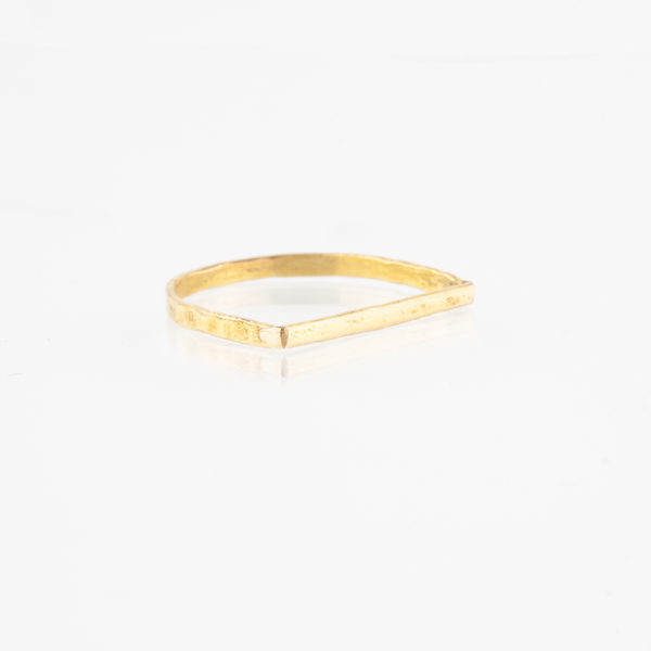 Der Ring ist aus einem 1,5mm starkem Messing Runddraht gefertigt. Messing schimmert wie 750er Gold und lässt sich sehr gut mit Roségold und Silber kombinieren. Der Runddraht ist flach gehämmert, sodass eine geschlagene, Unebenheit auf der Oberfläche entsteht. Unten ist der Ring rund und oben verläuft der flach gehämmerte Draht gerade. Die Form ist grafisch und sieht sehr cool zu anderen Ringen aus. Der Ring wird hier im room27 handgefertigt. Mit Hilfe eines Ringmaßes wird speziell für die Kundin, oder den Kunden der Ring angefertigt. Hier findest Du Dein Ringmaß, beziehungsweise Deinen Ringumfang. Als Hilfe kannst Du Dir einfach einen Deiner bisherigen Ringe an ein Lineal halten und den Durchmesser ablesen. Wenn Du zum Beispiel alte Ringe hast, die Du allein nicht mehr tragen würdest, überlege Dir doch mal wie schön Deine alten Ringe mit einem neuen Doppelring kombiniert werden können.