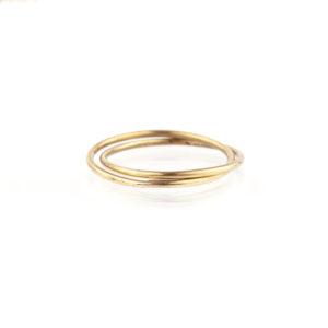 Ein Doppelring, bestehend aus zwei Ringen die aus einem 1,5mm starkem Messing Runddraht gefertigt sind. Messing schimmert wie 750er Gold und lässt sich sehr gut mit Roségold und Silber kombinieren. Die Ringe sind ineinanderverlötet. Wie zwei Kettenglieder miteinander verbunden sind. Der Ring wird hier im room27 handgefertigt. Mit Hilfe eines Ringmaßes wird speziell für die Kundin, oder den Kunden der Ring angefertigt. Hier findest Du Dein Ringmaß, beziehungsweise Deinen Ringumfang. Als Hilfe kannst Du Dir einfach einen Deiner bisherigen Ringe an ein Lineal halten und den Durchmesser ablesen. Wenn Du zum Beispiel alte Ringe hast, die Du allein nicht mehr tragen würdest, überlege Dir doch mal wie schön Deine alten Ringe mit einem neuen Doppelring kombiniert werden können.