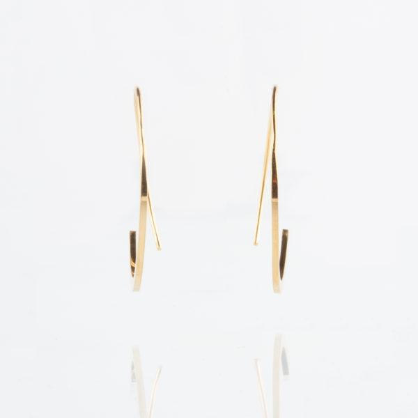 Eine zarte Créole, die im Kreis von dünn nach breit verlaufend gefertigt ist. Die dünne Seite der Créolen wird durch das Ohr soweit durchgesteckt, bis sich das dünne Ende mit dem dickeren Ende unterhalb des Ohrläppchens treffen. Die Créole ist offen gefertigt. Das dünne Ende und das dickere Ende treffen sich seitlich versetzt auf der gleichen Höhe und bilden so einen Kreis. Die Stärke des Ohrringes bleibt durchgehend bei 1,1mm. Die Créolen ist 32mm im Durchmesser. Der Gesamteindruck ist sehr zart, fällt jedoch auch deutlich auf. Er ist elegant als All Day Piece als auch als Ohrring für den festlichen Anlass geeignet. Ein moderner und klassischer Ohrring zugleich.