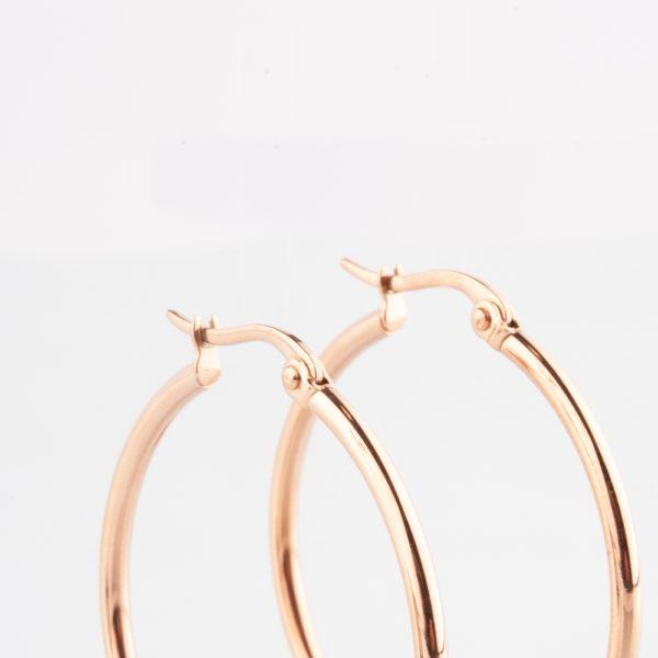 Die Creolen sind aus Edelstahl und in Roségold vergoldet. Die Ohrringe sind leicht, da sie hohl gearbeitet sind. Sie lassen sich ganz wunderbar zu allem kombinieren. Die Ohrringe sind Klassiker. Sie sehen leicht und wunderschön aus mit der auf Hochglanz polierten Oberfläche. Ein Ohrring, den Du jedenTag tragen kannst und bestens gekleidet bist.