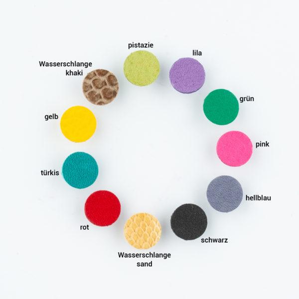 Dieser Ohrring ist handgefertigt aus Messing, 925er Silber und die Blütenblätter sind aus weichem und natürlich gefärbten Ziegenleder. Es gibt ihn in verschiedenen Farben. Das Messing scheint wie 750er Gold und lässt sich sehr gut mit allen Farben kombinieren. Mit braunen Blättern sieht er aus wie der Bohemien Style. In schwarz mit gold ist er ganz klassisch und bringt mit den dekorativen Blüten Dein Gesicht zum strahlen. Die unterschiedlichen Farben sind toll zu kombinieren. Pink, rot, schwarz, grün, türkis, hellblau, lila, sonnengelb, Pistazie, Wasserschlange khaki, Wasserschlange sand. Der Ohrring hat eine Gesamtlänge von 4,5cm und eine Breite von 3,2cm. Die Aufhängung für den Ohrhänger besteht aus einem S-Haken, auf den vorn eine kleine Silberkugel angelötet ist um zu verhindern, dass der S-Haken aus dem Unterteil fallen kann. Zum Sommer ist dieser Ohrring ein echtes Statement. Jeder Ohrring ist handgefertigt. Das Leder wird von Hand ausgestanzt. Das Metall gesägt und geschmiedet. Durch die Handfertigung unterscheiden sich alle Ohrringe minimal, aber dennoch haben sie dadurch eine ganz individuelle Ausstrahlung.