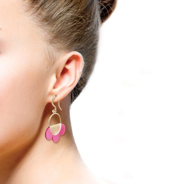 Dieser Ohrring ist handgefertigt aus Messing, 925er Silber und die Blütenblätter sind aus weichem und natürlich gefärbten Ziegenleder. Es gibt ihn in verschiedenen Farben. Das Messing scheint wie 750er Gold und lässt sich sehr gut mit allen Farben kombinieren. Mit braunen Blättern sieht er aus wie der Bohemian Style. In schwarz mit gold ist er ganz klassisch und bringt mit den dekorativen Blüten Dein Gesicht zum strahlen. Die unterschiedlichen Farben sind toll zu kombinieren. Du hast die Wahl zwischen verschiedenen Farben. Die Aufhängung für den Ohrhänger besteht aus einem S-Haken, auf den vorn eine kleine Silberkugel angelötet ist um zu verhindern, dass der S-Haken aus dem Unterteil fallen kann. Zum Sommer ist dieser Ohrring ein echtes Statement. Jeder Ohrring ist handgefertigt. Durch die Handfertigung unterscheiden sich alle Ohrringe minimal, und haben somit eine ganz individuelle Ausstrahlung.