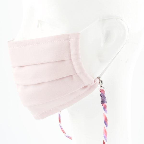 Das Maskenband ist der kleine Helfer im Alltag. Hier in der Farbkombi lila pink weiss und lila. Damit Du nicht ständig Deine Maske aus der Tasche holen musst, oder in der Hand hältst, hängst Du die Maske mit dem Band einfach um den Hals, oder steckst sie Dir in die Tasche Deines Oberhemdes, oder in die Tasche Deiner Jacke, wenn Du sie nicht benötigst. Sie kann aber auch einfach runterhängen. Ob Du bei der Arbeit bist, in ein Geschäft, oder ins Restaurant gehst, Du kannst sie schnell aufsetzen. Sogar mit einer Hand ist das möglich. Die zwei Karabinerverschlüsse klemmst Du einfach an das Gummiband, das bei Gebrauch um die Ohren gelegt wird. Durch das Eigengewicht hängen die Karabiner an der tiefsten Stelle des Gummibandes, sodaß sie auch nicht an den Ohren drücken können. Die Maskenbänder werden mit Deinem Farbwunsch angefertigt. Wähle Deine Wunschfarbe für die Bänder, die die Karabiner halten, im Menü aus.