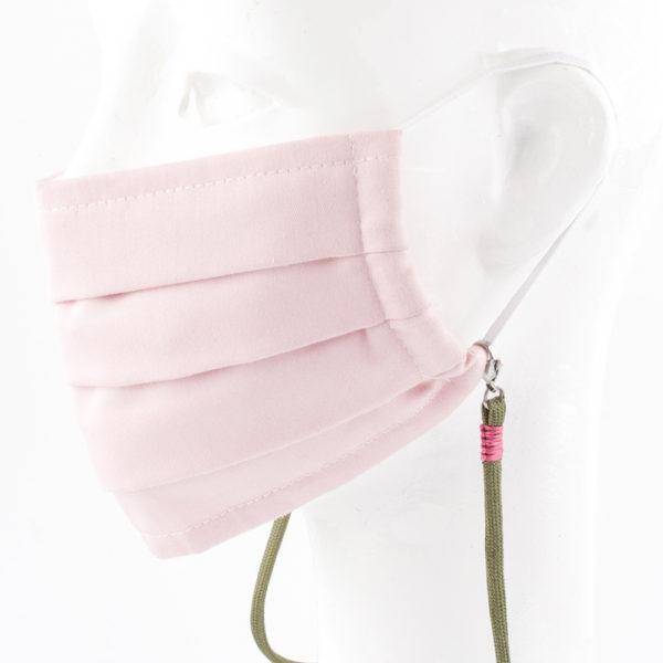 Das Maskenband ist der kleine Helfer im Alltag. Hier in der Farbkombi oliv und pink. Wer mutig ist, trägt Farbe. Damit Du nicht ständig Deine Maske aus der Tasche holen musst, oder in der Hand hältst, hängst Du die Maske mit dem Band einfach um den Hals und steckst sie Dir in die Tasche Deines Oberhemdes, oder in die Revertasche Deiner Jacke, wenn Du sie nicht benötigst. Sie kann aber auch einfach runterhängen. Ob Du bei der Arbeit bist, in ein Geschäft, oder ins Restaurant gehst, Du kannst sie schnell aufsetzen. Sogar mit einer Hand ist das möglich. Die zwei Karabinerverschlüsse klemmst Du einfach an das Gummiband, das bei Gebrauch um die Ohren gelegt wird. Durch das Eigengewicht hängen die Karabiner an der tiefsten Stelle des Gummibandes, sodaß sie auch nicht an den Ohren drücken können. Die Maskenbänder werden mit Deinem Farb-Wunsch angefertigt. Wähle Deine Wunschfarbe für die Bänder, die die Karabiner halten, im Menü aus.
