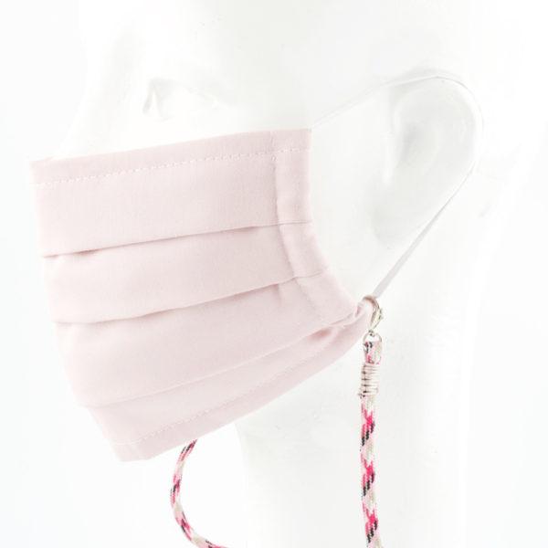 Das Maskenband ist der kleine Helfer im Alltag. Hier in der Farbkombi im Pepita Look mit rosa, schwarz und beige. Ein Klassiker, der modern als hipp kombiniert werden kann. Damit Du nicht ständig Deine Maske aus der Tasche holen musst, oder in der Hand hältst, hängst Du die Maske mit dem Band einfach um den Hals und steckst sie Dir in die Tasche Deines Oberhemdes, oder in die Revertasche Deiner Jacke, wenn Du sie nicht benötigst. Sie kann aber auch einfach runterhängen. Ob Du bei der Arbeit bist, oder in ein Geschäft, oder ins Restaurant gehst, kannst Du sie schnell aufsetzen. Die zwei Karabinerverschlüsse klemmst Du einfach an das Gummiband, das bei Gebrauch um die Ohren gelegt wird. Durch das Eigengewicht hängen die Karabiner an der tiefsten Stelle des Gummibandes, sodaß sie auch nicht an den Ohren drücken können. Die Maskenbänder werden auf Deinen Farb-Wunsch hin angefertigt. Somit kannst Du Dir die Farbe der Bänder, die die Karabiner halten im Menü aussuchen.