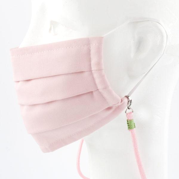 Das Maskenband ist der kleine Helfer im Alltag. Hier in einfarbig rosa. Damit Du nicht ständig Deine Maske aus der Tasche holen musst, oder in der Hand hältst, hängst Du die Maske mit dem Band einfach um den Hals und steckst sie Dir in die Tasche Deines Oberhemdes, oder in die Revertasche Deiner Jacke, wenn Du sie nicht benötigst. Sie kann aber auch einfach runterhängen. Ob Du bei der Arbeit bist, oder in ein Geschäft, oder ins Restaurant gehst, kannst Du sie schnell aufsetzen. Die zwei Karabinerverschlüsse klemmst Du einfach an das Gummiband, das bei Gebrauch um die Ohren gelegt wird. Durch das Eigengewicht hängen die Karabiner an der tiefsten Stelle des Gummibandes, sodaß sie auch nicht an den Ohren drücken können. Die Maskenbänder werden auf Deinen Farb-Wunsch hin angefertigt. Somit kannst Du Dir die Farbe der Bänder, die die Karabiner halten, im Menü aussuchen.