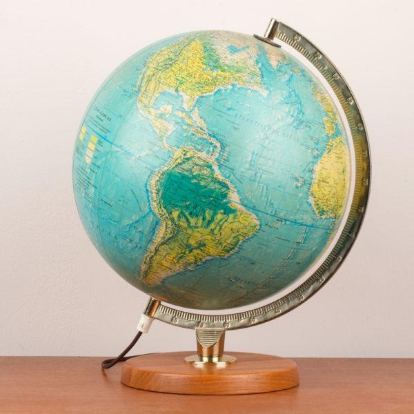 Ein Globus, wie er in der midcentury modern Ära in fast jedem Wohnzimmer seinen festen Platz hatte, ist wieder beliebt und findet wieder Einzug ins heutige zu Hause. Er vermittelt Gemütlichkeit und dient auch als zusätzliche, dezente Lichtquelle.