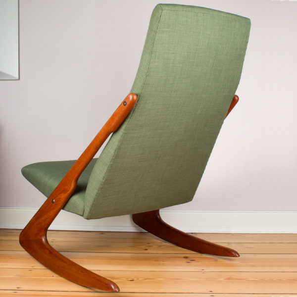 Dieser Schaukestuhl aus den 1960er Jahren ist ein Must Have für jeden Fan der Midcentury Ära. Der Schaukelstuhl ist sehr gemütlich. Die Verbindung zwischen Lehne und Fuss in Form eines Boomerangs ist optisch und funktionell eine herausragende Design Idee. Der hellgrüne Wollstoff ist in Verbindung mit dem Teakholz ist eine harmonische Farbkombination. Der Schaukelstuhl lässt sich ganz wunderbar mit modernen Möbeln aus der heutigen Zeit kombinieren. Die Möbel aus den 1950er und 1960er Jahren erleben ja gerade wieder ein Revival.