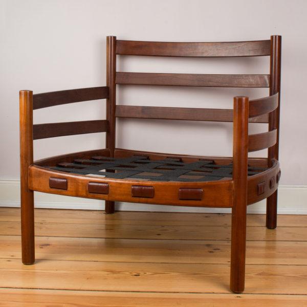 Ein sehr bequemer Ledersessel von dem Designer Arne Norell für Coja. Der Entwurf ist aus den 1960er Jahren. Hergestellt in Schweden. Dieser Sessel weist keine Schäden am Holz auf, dafür hat er aber altersbedingte Gebrauchsspuren, die den perfekten Vintage Look vermitteln. Der Sessel ist gereinigt und mit Lederpflege versehen. Das Teakholz wurde geölt.