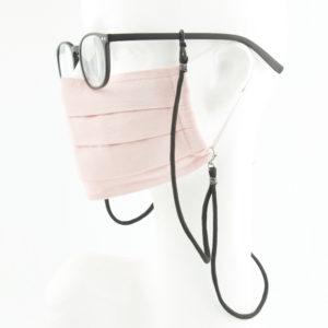 Das Masken Brillen Band ist eine effektive Hilfe im Alltag. Hier in der Farbkombi schwarz mit grau. Ein Klassiker, der modern als hipp kombiniert werden kann. Damit Du nicht ständig Deine Maske aus der Tasche holen musst, oder in der Hand hältst, hängst Du die Maske einfach um den Hals. An dem Band kannst Du die Maske, als auch Deine Brille befestigen. Die zwei Karabinerverschlüsse klemmst Du einfach an das Maskenband, das bei Gebrauch um die Ohren gelegt wird, oder bei Nichtgebrauch runterhängt. Gleichzeitig kannst Du auch als Brillenträger die Brille am selben Band mit der Maske zusammen tragen. Die Maske hängt höher als die Brille. Die Ösen aus Naturkautschuk dienen dazu die Brille zu halten. Jederzeit kannst Du somit die Brille absetzen, oder aufsetzen, ohne sie wegzulegen.