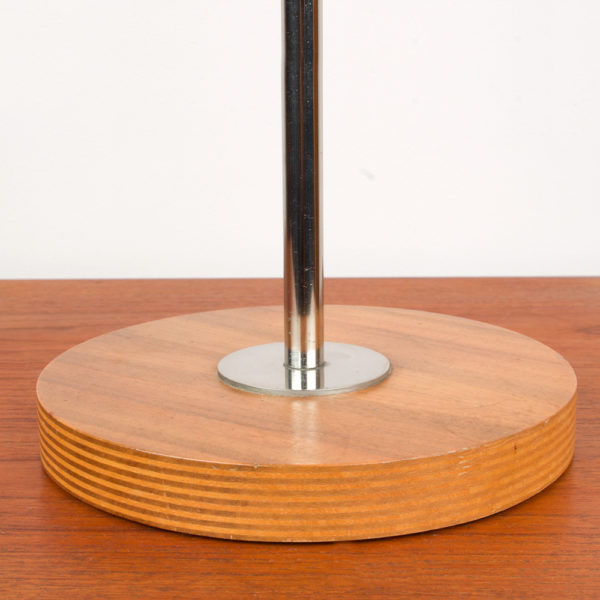 Die Tischlampe wurde von der Firma Temde produziert. Sie ist aus den 1960er / 1970er Jahren. Die Lampe besteht aus einem geschichteten Teakholzfuss. Die Stange besteht aus Metall und ist verchromt. Das Chrom ist in einem guten Zustand. Der Lampenschirm besteht aus einer pulverbeschichteten Kugel in der Farbe braun mit einem Rauchquarz Farbanteil. Daneben stellst Du eine schöne Monstera, oder eine andere schöne Pflanze aus der Space Age Ära und die Deko ist perfekt. Die Lampe ist super für den Beistelltisch, als Leselampe, oder auch als Schreibtischlampe zu verwenden. Die Kugel ist an einem Holzblock aus Teak montiert und lässt sich mittels einer Drehschraube, die am hinteren Teil des Holzblocks angebracht ist, an der Chromstange fixieren. Nach vorne hin zum Schirm (Kugel) ist ein Gelenk, das sich einfach händisch nach oben und nach unten verstellen lässt.