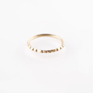 Ein Ring, gefertigt aus 1,5mm starkem Vierkant Messingdraht. Der Ring ist so geschliffen als wären viele, kleine Brillanten aufgesetzt. Er glitzert richtig schön und ist ein zarter, aber auch starker Statementring. Er lässt sich ganz wunderbar mit anderen zarten Ringen im Stackinglook kombinieren. Du kannst zum Beispiel, den gleichen Ring in 925er Sterlinsilber dazu nehmen. Den findest Du auch hier im Shop. So wie auf dem Modefoto. Messing sieht aus wie 18 karätigem Gold. Wie Gelbgold. Der Ring wird hier im room27 handgefertigt. Mit Hilfe eines Ringmaßes wird speziell für die Kundin, oder den Kunden der Ring angefertigt. Hier findest Du Dein Ringmaß, beziehungsweise Deinen Ringumfang. Als Hilfe kannst Du Dir einfach einen Deiner bisherigen Ringe an ein Lineal halten und den Durchmesser ablesen.
