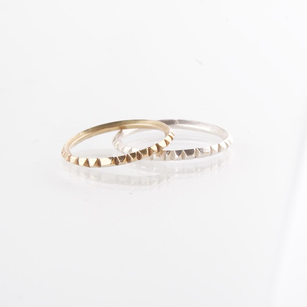 DIie Ringe ist aus einem 1,5mm starkem Vierkant Messingdraht, oder 925 Sterling Silberdraht gefertigt. Die von Hand gesägten Ringe sind so bearbeitet, dass sie wie mit vielen, kleinen Brillanten besetzte Ringe aussehen. Sie glitzern und reflektieren täuschend echt.