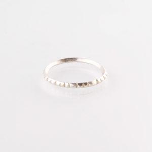 Ein Ring, gefertigt aus 1,5mm starkem Vierkant 92er Sterling Silberdraht. Der Ring ist so geschliffen als wären viele, kleine Brillanten aufgesetzt. Er glitzert richtig schön und ist ein zarter, aber auch starker Statementring. Er lässt sich ganz wunderbar mit anderen zarten Ringen im Stackinglook kombinieren. Du kannst zum Beispiel, den gleichen Ring in Messing dazu nehmen. So wie auf dem Modefoto. Messing sieht aus wie 18 karätigem Gold. Wie Gelbgold. Der Ring wird hier im room27 handgefertigt. Mit Hilfe eines Ringmaßes wird speziell für die Kundin, oder den Kunden der Ring angefertigt. Hier findest Du Dein Ringmaß, beziehungsweise Deinen Ringumfang. Als Hilfe kannst Du Dir einfach einen Deiner bisherigen Ringe an ein Lineal halten und den Durchmesser ablesen.