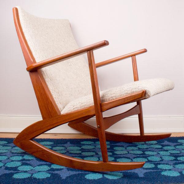 Dieser Schaukelstuhl ist aus der Mid Century Ära. Er hat ein elegantes Design mit seinen geschwungenen Bögen, die das gemütliche Schaukeln ermöglichen. Statt Stuhlfüssen sind es hier Bögen, beziehungsweise geschwungene Schienen. Der Stuhl ist aus Teakholz gefertigt. Ganz im Stil der Mid Century Ära. Der Bezugsstoff besteht aus dick gewebter crèmefarbener Wolle. Teakholz hat einen wunderschönen, warmen Ton. Teak ist deshalb so beliebt als Einrichtungsstil. Gemixt mit modernen Accessoires findet ein Teakmöbelstück ein neues Leben in der heutigen Zeit. Zum Beispiel Kissen im Boho Style passen sehr gut zu Teakholz. Farben wie petrol und Curry sind sehr angesagt. Der Schaukelstuhl ist wie eine Insel. Damit kannst Du zu Deinem Sofa und Sesseln eine zusätzlichen Akzent setzen.