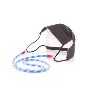 Das Maskenband ist der kleine Helfer im Alltag. Hier in der Farbkombi in Neon Blau Pink. Neon ist für den Sommer immer perfekt. Sie passt sehr gut zu einer weissen Bluse, oder einem weissen Hemd. Damit Du nicht ständig Deine Maske aus der Tasche holen musst, oder in der Hand hältst, hängst Du die Maske mit dem Band einfach um den Hals und steckst sie Dir in die Tasche Deines Oberhemdes, oder in die Revertasche Deiner Jacke, wenn Du sie nicht benötigst. Sie kann aber auch einfach runterhängen. Ob Du bei der Arbeit bist, oder in ein Geschäft, oder ins Restaurant gehst, kannst Du sie schnell aufsetzen. Die zwei Karabinerverschlüsse klemmst Du einfach an das Gummiband, das bei Gebrauch um die Ohren gelegt wird. Durch das Eigengewicht hängen die Karabiner an der tiefsten Stelle des Gummibandes, sodaß sie auch nicht an den Ohren drücken können. Die Karabiner sind mit feinen Nylonbänder befestigt. Die Farben dieser Bänder kannst Du Dir über die Tabelle aussuchen. Die Maskenbänder werden dann darauf hin gefertigt. Stelle Dir Deine Farbkombi zusammen.