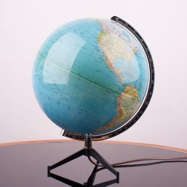 Ein Globus der 60er Jahre. Globen standen in fast jedem Haushalt als Lernobjekt, oder Anschauungsobjekt. Oder auch als sanfte Lichtquelle. Heute ist er wieder beliebt und findet wieder Einzug ins zu Hause. Er vermittelt Gemütlichkeit und Entschleunigung. Gerade wo wir heute eigentlich alles im Netz nachschauen können, ist der Blick auf einen Globus ein ganz neues und direktes Erlebnis.