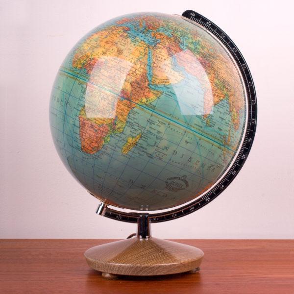 Ein Globus der midcentury modern Ära. Globen standen in fast jedem Haushalt als Lernobjekt, oder Anschauungsobjekt für die Kinder und Erwachsenen. Oder auch als sanfte Lichtquelle. Heute ist er wieder beliebt und findet wieder Einzug ins heutige zu Hause. Er vermittelt Gemütlichkeit und Entschleunigung. Gerade wo wir heute eigentlich alles im Netz nachschauen können, ist der Blick auf einen Globus ein ganz neues und direktes Erlebnis.