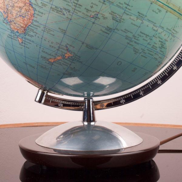 Ein Globus der midcentury modern Ära. Globen standen in fast jedem Haushalt als Lernobjekt, oder Anschauungsobjekt. Oder auch als sanfte Lichtquelle. Heute ist er wieder beliebt und findet wieder Einzug ins zu Hause. Er vermittelt Gemütlichkeit und Entschleunigung. Gerade wo wir heute eigentlich alles im Netz nachschauen können, ist der Blick auf einen Globus ein ganz neues und direktes Erlebnis. Ein besonderes Stück.