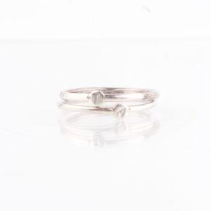 Ein Ring, gefertigt aus 1,5mm starkem Runddraht mit einem 1,0mm dicken Plättchen aus 925er Sterlingsilber. Du kannst den Buchstaben Deiner Wahl hier im Menü auswählen. Wem es gefällt, der kann sich auch LOVE, PEACE, oder ein ähnlich kurzes Wort seiner Wahl zusammenstellen. Der Fantasie sind keine Grenzen gesetzt. zum Beispiel auch der Anfangsbuchstabe Deines Namens und der Deiner besten Freundin. Er lässt sich ganz wunderbar mit anderen zarten Ringen im Stackinglook kombinieren. Der Ring wird hier im room27 handgefertigt und die Buchstaben werden in das Plättchen eingeschlagen. Mit Hilfe eines Ringmaßes wird speziell für die Kundin, oder den Kunden der Ring angefertigt. Hier findest Du Dein Ringmaß, beziehungsweise Deinen Ringumfang. Als Hilfe kannst Du Dir einfach einen Deiner bisherigen Ringe an ein Lineal halten und den Durchmesser ablesen.