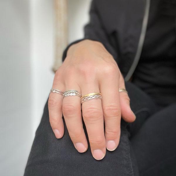 Ein Ring, gefertigt aus 1,5mm starkem Runddraht aus 925er Sterlinsilber. Die Plättchen mit den einzelnen Buchstaben sind 1mm dick und 3mm breit. Für diesen Ring passen maximal 5 Plättchen nebeneinander. Namen wie Anna, Oona, Lulu, oder auch die Anfangsbuchstaben, Deiner besten Freundin, oder deines Deines Partner und von Dir kannst Du für einen Ring nehmen. LOVE, oder PEACE sind auch sehr beliebt. Maximal fünf Buchstaben sind auswählbar. Wähle in den Buchstabenmenüs der Reihe nach Deinen Name, Dein Wort, oder Dein Mantra aus und ich fertige den Ring auf Bestellung hier im room27. Er lässt sich ganz wunderbar mit anderen zarten Ringen im Stackinglook kombinieren. Dein Ringmaß wähle bitte auch aus. Als Hilfe kannst Du Dir einen Faden um den Finger legen und dann die Länge des Fadens messen. Die Ringgröße kannst Du dann der beigefügten Tabelle auf dem Bild mit den Ringgrößen entnehmen.
