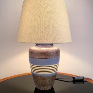 LA BELLEZA. Das Design der Lampe ist im mexican Style der 50er Jahre. Warme Farben und geometrische Muster kommen hier zusammen. Mittels einer Kratztechnik wurde das geometrische Muster in den Ton eingebracht. Die Farbtöne bewegen sich zwischen Sand, dunkelbraun, hellblau, und einem erdigen, ockerfarbenem Braun.