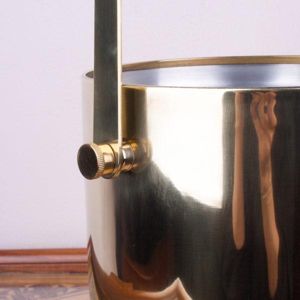 Eiswürfel zum Cocktail, Sekt oder Whisky muss einfach sein. Die 60er Jahre erleben gerade ein Revival. Kein Wunder, denn hochwertige und langlebige Verarbeitung war ein Ziel bei der Produktion von Möbeln und Accessoires. Der Eiskühler glänzt mit der polierten Messingoberfläche wie Gelbgold. Einfach wunderschön und ein rares Stück!