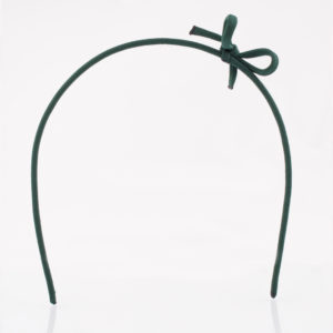 Ein zarter Haarreif aus Messingdraht gefertigt. Mit einem dunkelgrünen Paracordband ist der Kern überzogen. Die dunkelgrüne Schleife ist aus dem gleichen Material gefertigt und ist ca. 5 cm breit. Obwohl der Haarreif zart ist, hält er doch vorzüglich in den Haaren, da er am Kopf sehr gut anliegt.