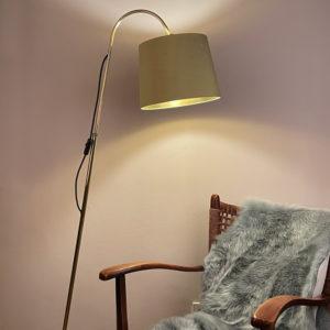 Zeit für Gemütlichkeit und für das Lesen. Mit dieser wunderschönen Stehlampe für das Wohnzimmer, oder auch als Lampe im Schlafzimmer lässt sich eine gemütliche Atmosphäre schaffen. Die Lampe ist aus den 1950er Jahren. Der goldene Stoff des Schirmes ist aus 100% Seide. Das Gestell ist aus Messing gefertigt. Der Ständer der Lampe lässt sich in der Mitte mit Hilfe einer Schraube raus und reinschieben und somit in der Höhe verstellen. Am oberen Ende des Ständers lässt sich auch mit Hilfe einer Flügelschraube der Schirm in vertikaler Richtung nach vorn und nach hinten verstellen. Ein Unikat!